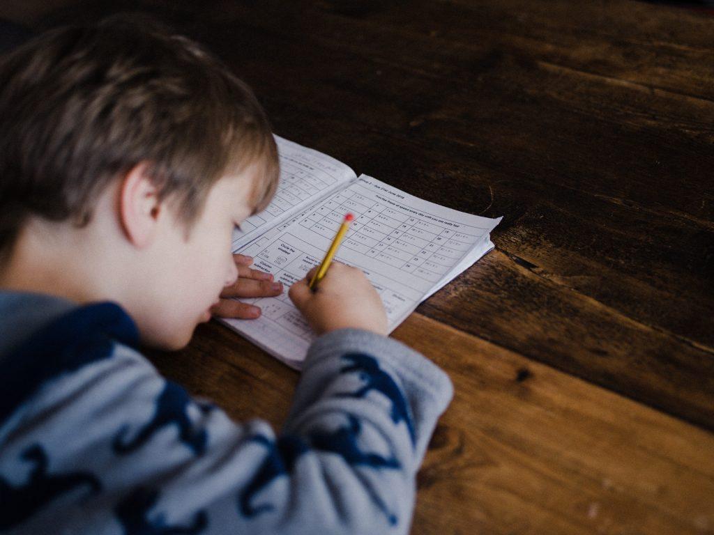 Schüler macht Hausaufgaben