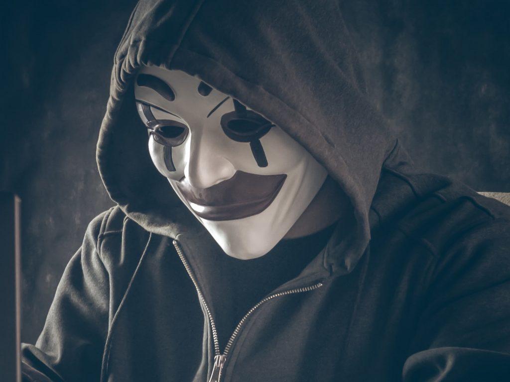 Person mit Maske